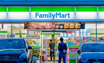 ファミリーマート アメ村三角公園前店の画像1