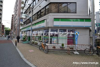 ファミリーマート 新宿御苑駅前店の画像1