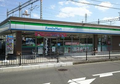 ファミリーマート JR総持寺駅南店の画像1