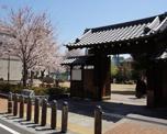門と蔵のある広場