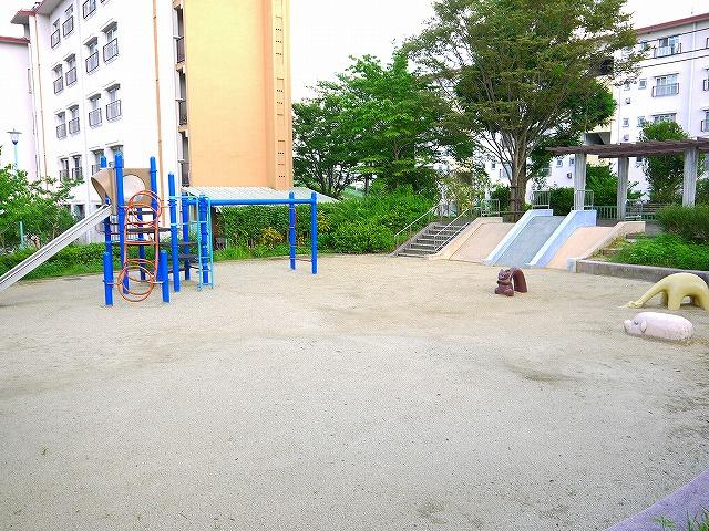 UR都市機構中登美団地E棟公園の画像