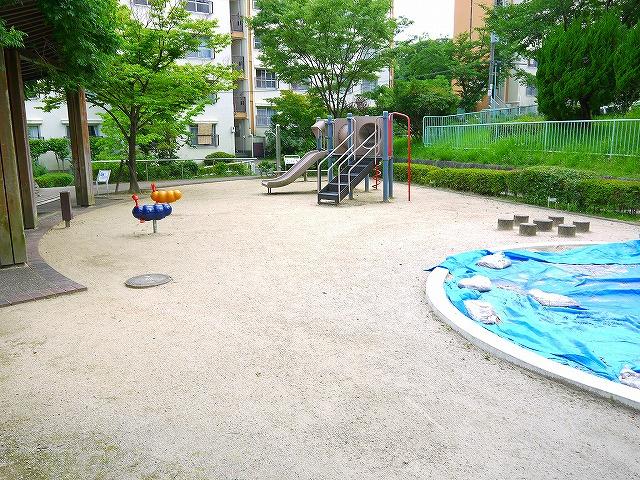 UR都市機構中登美団地E棟児童公園の画像